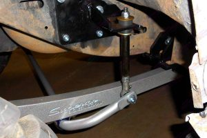 Closeup view of the Superior superflex swaybar and swaybar extensions on the SWB GQ Nissan Patrol