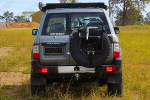 """Back view of a Silver GU Nissan Patrol Wagon fitted with a 3"""" Inch Superior Engineering Remote Reservoir Superflex Lift Kit"""
