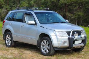 Front right side view a silver Suzuki Grand Vitara Wagon fitted with an Ironman 4x4 45mm Nitro Gas lift kit