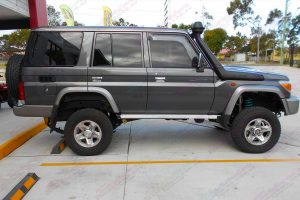 Right side view of a 76 Series Toyota Landcruiser wagon fitted with a Superior Remote Reservoir Superflex 4 Inch Lift Kit