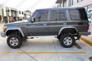 Left side view of a 76 Series Toyota Landcruiser wagon fitted with a Superior Remote Reservoir Superflex 4 Inch Lift Kit