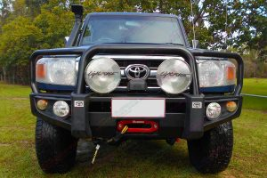 Full front view of a 76 Series Toyota Landcruiser wagon fitted with a 2 Inch Superior Remote Reservoir Lift Kit