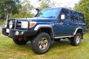 Front left view of a 76 Series Toyota Landcruiser wagon fitted with a 2 Inch Superior Remote Reservoir Lift Kit