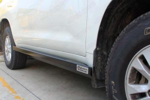 Right side closeup view of the Superior stealth rock slider fitted to the 200 Series Toyota Landcruiser