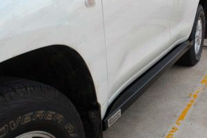 Left side closeup view of the Superior stealth rock slider fitted to the 200 Series Toyota Landcruiser