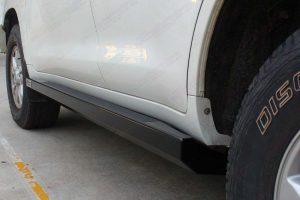 Closeup view of the Superior stealth rock slider fitted to the 200 Series Toyota Landcruiser