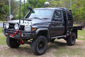 Front left angle view of the 79 series Toyota Landcruiser (single cab) fitted with the Superior Engineering Remote Reservoir Superflex 5 Inch Lift Kit