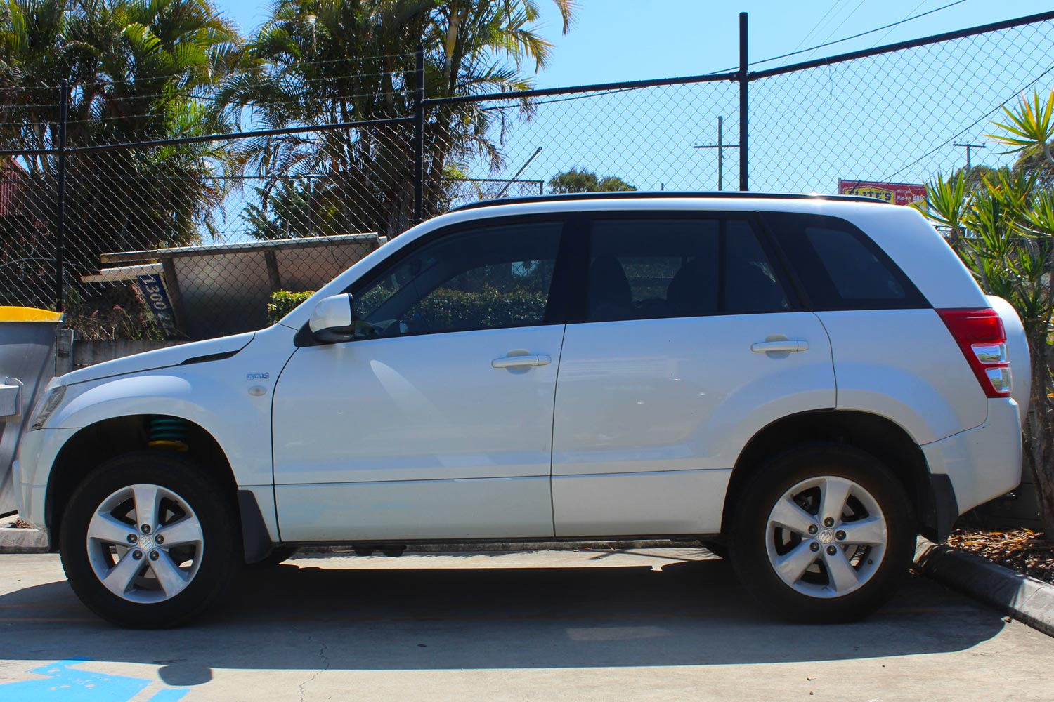 Left side view of a white Suzuki Grand Vitara after being fitted with a 40mm Dobinson lift kit